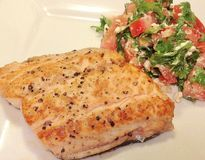Piec na grillu cytryna łosoś z Pomidorową Feta sałatką Fotografia Stock