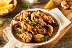 Piec na grillu cytryna czosnku kurczaka skrzydła Obrazy Royalty Free