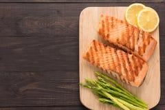 Piec na grillu cytryna i, asparagus na drewnianym tle Zdjęcie Royalty Free