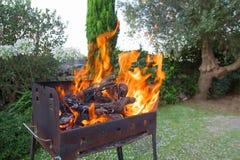Piec na grillu dla grilla z płomieniem w otwartej przestrzeni podwórko obrazy stock