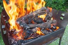 Piec na grillu dla grilla z płomieniem w otwartej przestrzeni podwórko zdjęcia stock