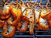 Piec na grillu garnele przy Ulicznym rynkiem zdjęcia royalty free