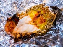 Piec na grillu gigantyczna rzeczna krewetka lub duża garnela na aluminiowej folii z selekcyjną ostrością Polecający menu dla tury obraz royalty free