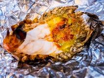 Piec na grillu gigantyczna rzeczna krewetka lub duża garnela na aluminiowej folii z selekcyjną ostrością Polecający menu dla tury zdjęcia stock