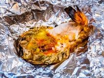 Piec na grillu gigantyczna rzeczna krewetka lub duża garnela na aluminiowej folii z selekcyjną ostrością Polecający menu dla tury fotografia stock