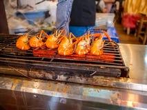 Piec na grillu gigantyczna rzeczna krewetka lub duża garnela na kuchence z selekcyjną ostrością Polecający menu dla turystów gdy  obraz royalty free