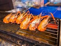 Piec na grillu gigantyczna rzeczna krewetka lub duża garnela na kuchence z selekcyjną ostrością Polecający menu dla turystów gdy  zdjęcie royalty free
