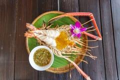 Piec na grillu Gigantyczna Rzeczna krewetka z Tajlandzkim korzennym owoce morza kumberlandem zdjęcia stock