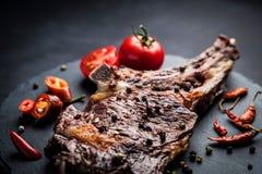 Piec na grillu gorący ribeye wołowiny stek na kości z korzennym kumberlandem zdjęcia stock