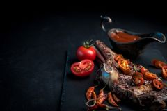 Piec na grillu gorący ribeye wołowiny stek na kości z korzennym kumberlandem fotografia royalty free
