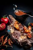 Piec na grillu gorący ribeye wołowiny stek na kości z korzennym kumberlandem zdjęcia royalty free