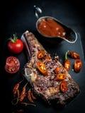 Piec na grillu gorący ribeye wołowiny stek na kości z korzennym kumberlandem zdjęcie royalty free