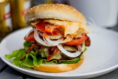 Piec na grillu hamburger z bekonem Obraz Royalty Free