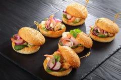 Piec na grillu hamburgery z owoce morza na kamiennej tacy Fotografia Royalty Free