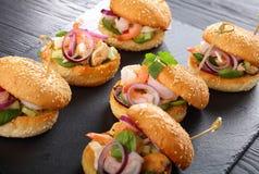 Piec na grillu hamburgery z owoce morza na tacy Obraz Stock