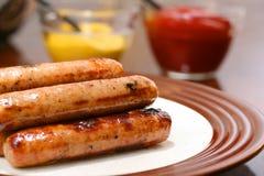 Piec na grillu hot dog przygotowywający słuzyć Zdjęcie Royalty Free