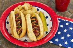 Piec na grillu hotdogs przy patriotycznym cookout Fotografia Royalty Free