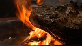 Piec na grillu i dymiący wieprzowiny udo na fachowym grillu Opieczenia Praga baleron z bornfire fotografia royalty free