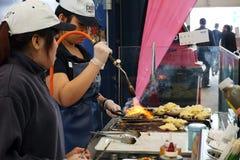 Piec na grillu i oparzenie ostrygi na płomiennym ogieniu Zdjęcie Royalty Free