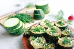 Piec na grillu i surowy zucchini z Obrazy Stock