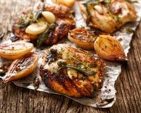 Piec na grillu indyczy polędwicowy stek z dodatków ziele i szalotek cebulami Fotografia Stock