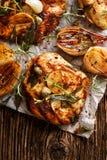 Piec na grillu indyczy polędwicowy stek z dodatków ziele i szalotek cebulami Zdjęcie Royalty Free