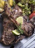 Piec na grillu jagnięcy kotleciki z piec grulami 1 fotografia stock