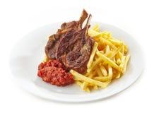 Piec na grillu jagnięcy mięsa i francuza dłoniaki Zdjęcia Stock