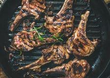 Piec na grillu jagnięcy mięso sieka z cebulą i rozmarynami w niecce obrazy royalty free
