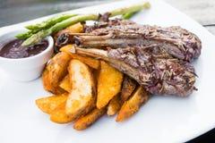 Piec na grillu jagnięcego kotlecika stek Zdjęcia Royalty Free