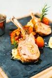 Piec na grillu jagnięcego kotlecika stek z kumberlandem Zdjęcie Stock
