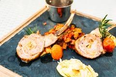 Piec na grillu jagnięcego kotlecika stek z kumberlandem Zdjęcia Royalty Free