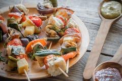 Piec na grillu jarzynowi skewers na talerzu Zdjęcie Stock