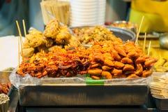 Piec na grillu kałamarnicy i świni jelita, typowy Hong Kong ulicy jedzenie fotografia royalty free