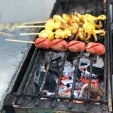 Piec na grillu kałamarnicy i rybiej piłki grill Obraz Royalty Free