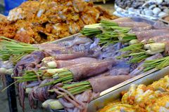 Piec na grillu kałamarnicy cytryny trawa, Wietnamski uliczny jedzenie Fotografia Royalty Free
