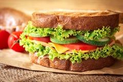 Piec na grillu kanapki chlebowe z bekonem, baleronem i serem z vegeta, Fotografia Royalty Free