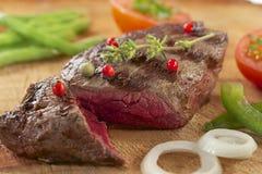 Piec na grillu kawałek wołowina na drewnianej desce Fotografia Royalty Free