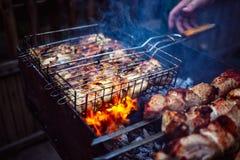Piec na grillu kebabu kucharstwo na metalu grilla ramie pieczone mięso Obraz Stock