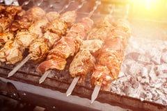Piec na grillu kebabu kucharstwo na metalu skewer Piec mięso gotujący przy grillem BBQ świeżej wołowiny kotlecika mięśni plasterk Zdjęcia Stock