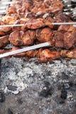Piec na grillu kebabu kucharstwo na metalu skewer Piec mięso gotujący przy grillem BBQ świeżej wołowiny kotlecika mięśni plasterk Obrazy Stock