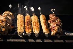 Piec na grillu kebabu kucharstwo na metalu skewer Piec mięso gotujący przy grillem Tradycyjny wschodni naczynie, shish kebab Gril Zdjęcie Royalty Free