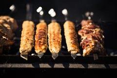 Piec na grillu kebabu kucharstwo na metalu skewer Piec mięso gotujący przy grillem Tradycyjny wschodni naczynie, shish kebab Gril Fotografia Royalty Free