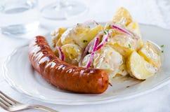 Piec na grillu kiełbasa z klasyczną kartoflaną sałatką z majonezowymi dresami Obrazy Royalty Free