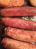 Piec na grillu kiełbasy na niecce zdjęcia stock