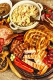 Piec na grillu kiełbasy spirala słuzyć na nieociosanego round tnącej desce z musztardą grill domowej roboty karmowa ilustracyjna  obraz stock