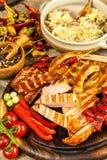 Piec na grillu kiełbasy spirala słuzyć na nieociosanego round tnącej desce z musztardą grill domowej roboty karmowa ilustracyjna  zdjęcia royalty free