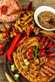 Piec na grillu kiełbasy spirala słuzyć na nieociosanego round tnącej desce z musztardą grill domowej roboty Ogrodowy przyjęcie ka obrazy royalty free