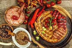 Piec na grillu kiełbasy spirala słuzyć na nieociosanego round tnącej desce z musztardą grill domowej roboty Ogrodowy przyjęcie ka zdjęcie royalty free