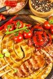 Piec na grillu kiełbasy spirala słuzyć na nieociosanego round tnącej desce z musztardą grill domowej roboty Ogrodowy przyjęcie ka obraz stock